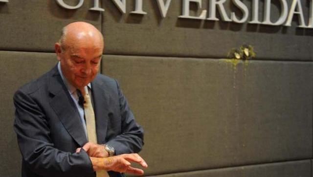 Clarín critica al Gobierno por los buitres y defiende a Cavallo