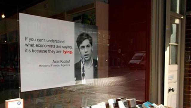 Una frase que citó Kicillof terminó en la vidriera de una librería en Londres