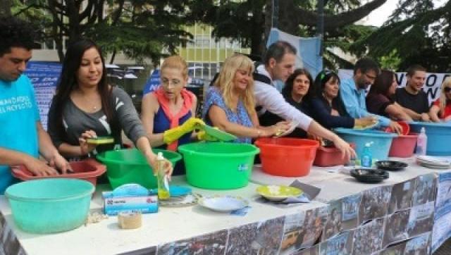 Científicos de Mar del Plata también lavaron los platos y criticaron a Macri.