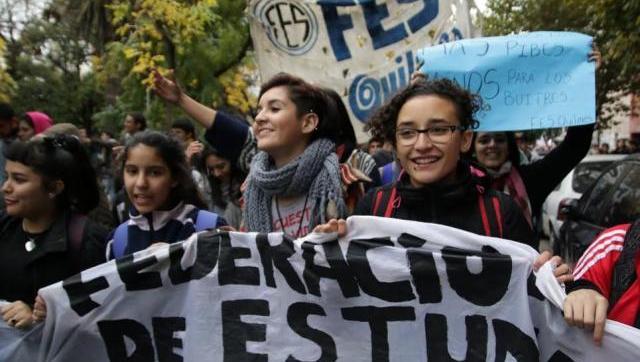"""Multitudinaria marcha de estudiantes contra la """"provocación"""" de Vidal"""