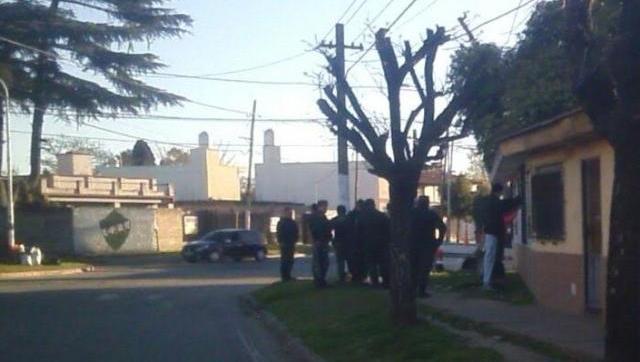 Castelar: escandaloso operativo de seguridad en la puerta de una escuela