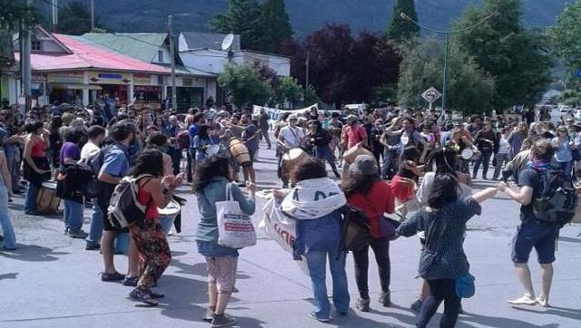 Feroz represión en El Bolsón para aprobar un meganegociado