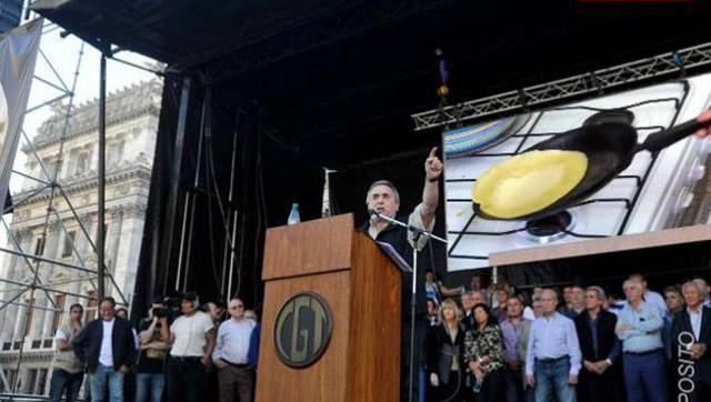 Con permiso de Macri, la CGT anunció movilización para dentro de un mes y medio