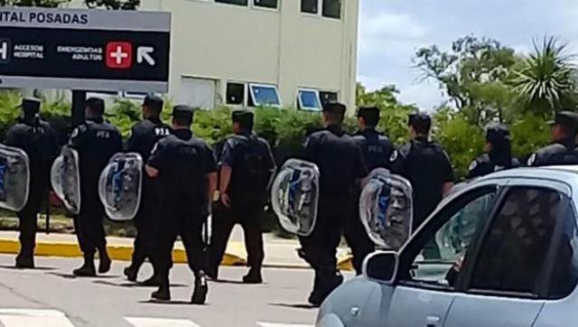 En el Posadas les mandaron la policía a los pacientes que protestaban porque despidieron a sus médicos