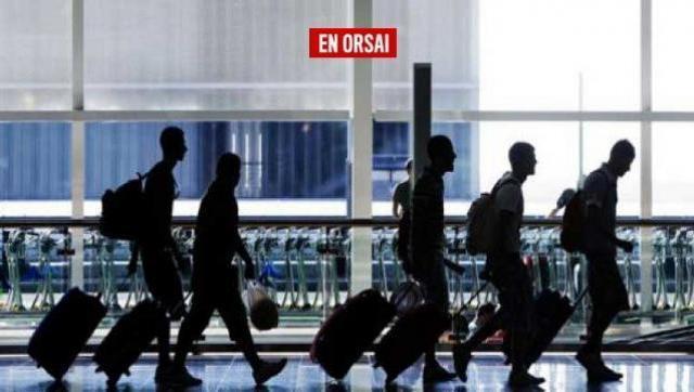 Una larga fila de jóvenes buscando trabajo. Por la falta de oferta, muchos de ellos se van del país, como en la crisis de 2001.