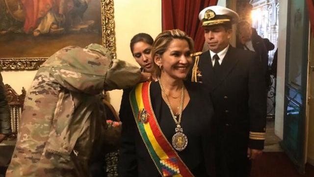 Áñez se autoproclamó presidenta de Bolivia y fue coronada por los militares