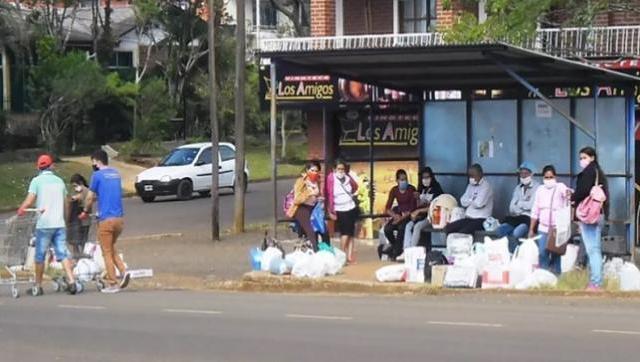 En Bernardo de Irigoyen los comercios acercan a los clientes las compras realizadas a bordo de los carritos hasta el refugio peatonal. Foto: Fabián Acosta