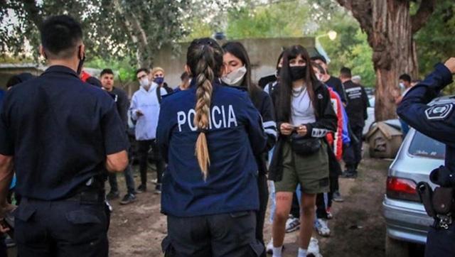 Desbaratan una fiesta clandestina con 250 personas, alcohol y drogas a plena luz del día