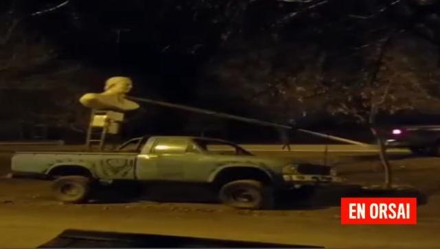 Violento ataque a una estatua de Néstor Kirchner en Junín de los Andes